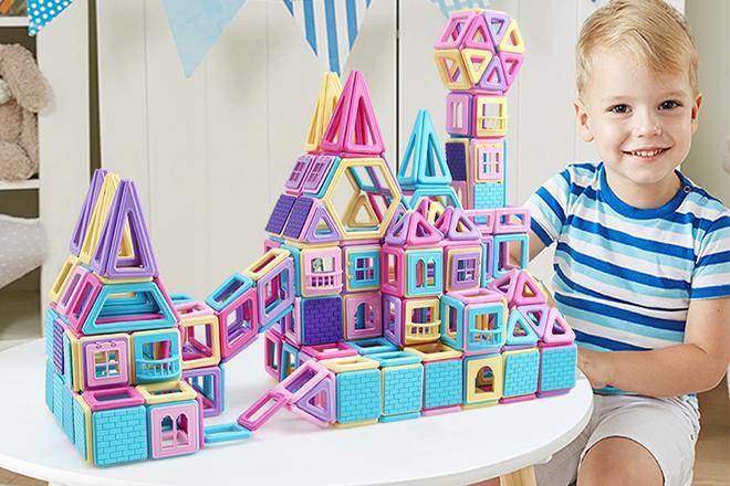 Bé chơi mô hình nhà