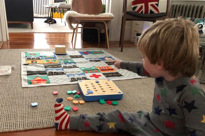 Bé trai chơi trò giải câu đố