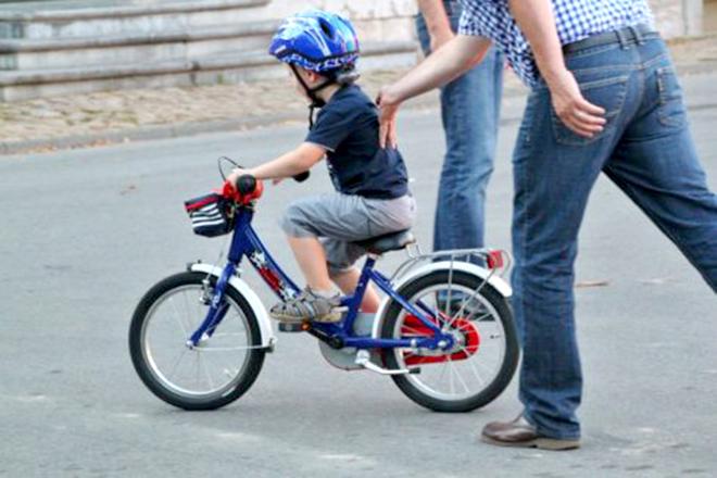 Bé trai đạp xe