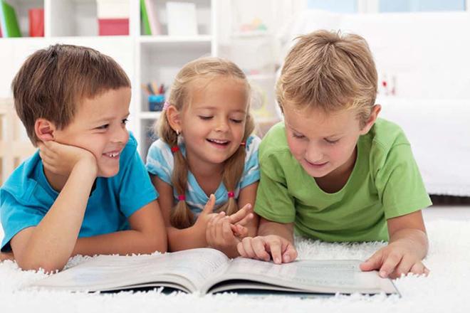 Trẻ đọc sách cùng nhau