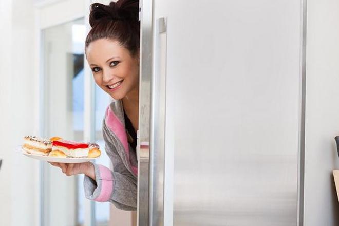 Phụ nữ bê đĩa bánh