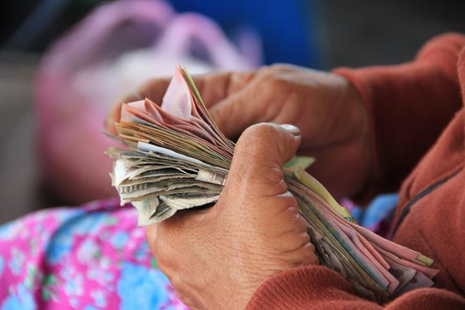 Phụ nữ cầm tiền