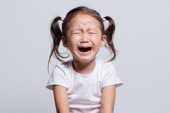 Bé gái đang khóc