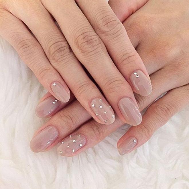 Nail đính đá đơn giản nhất cho màu nude