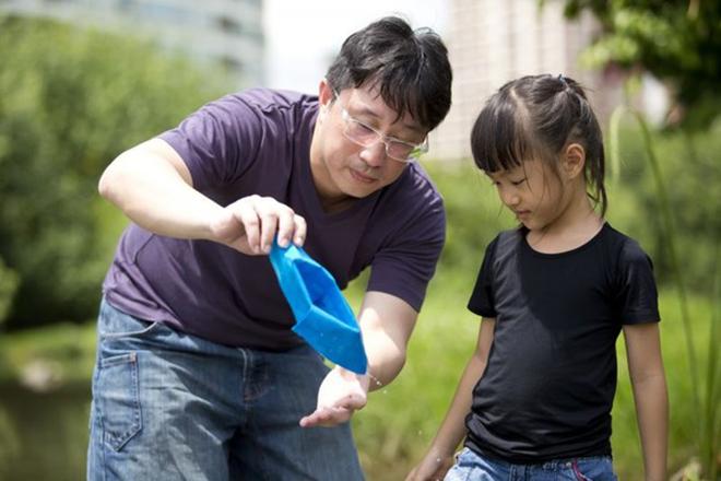 Bố chơi cùng bé gái