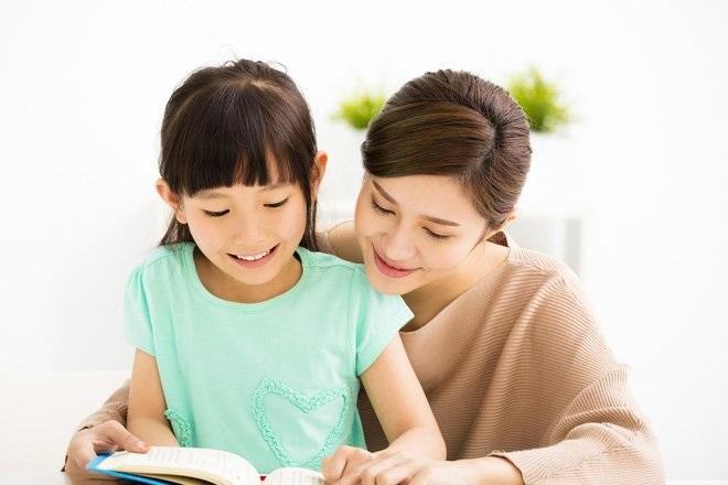 Mẹ dạy chữ cho bé