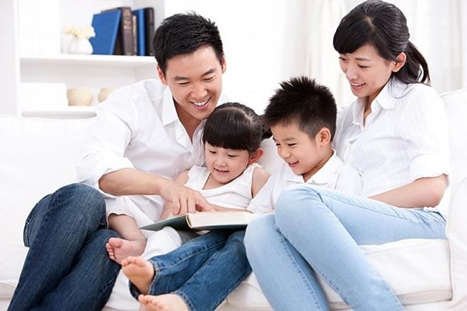 Bố mẹ đọc sách cùng trẻ