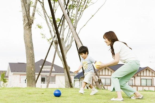 Mẹ cùng bé chơi ngoài sân
