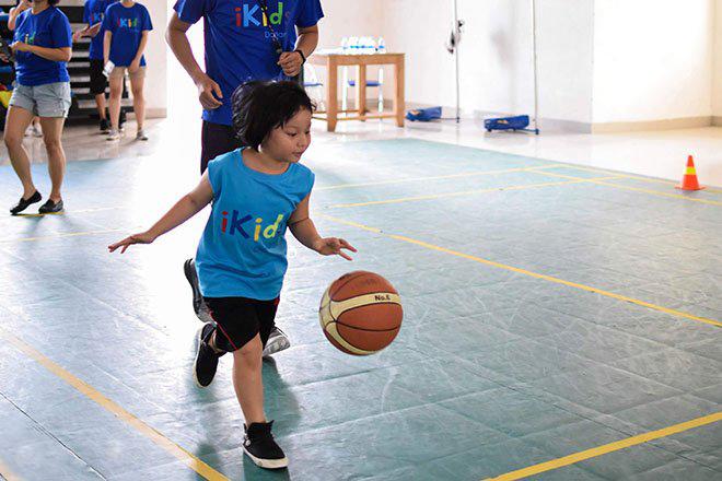 Bé gái chơi bóng rổ