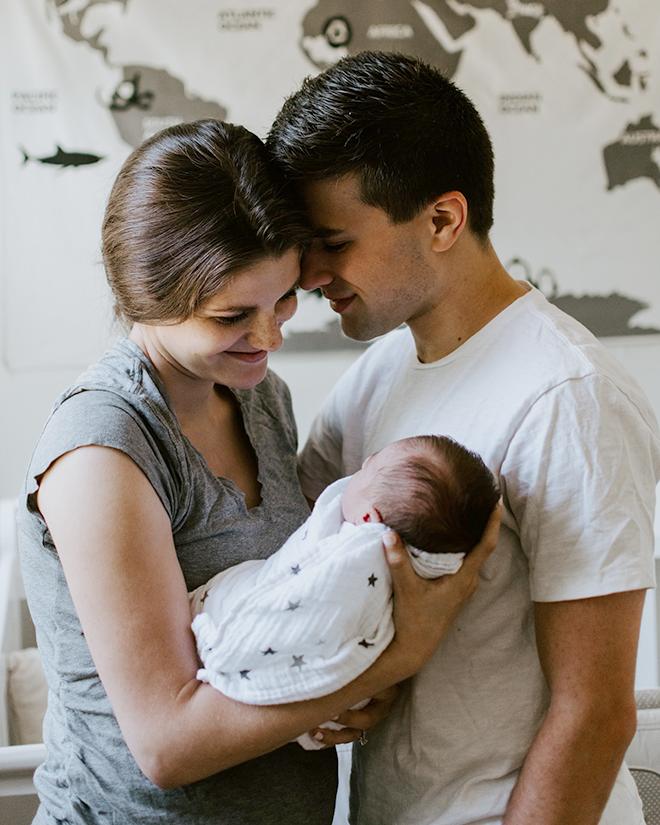 Bố mẹ bế em bé hạnh phúc