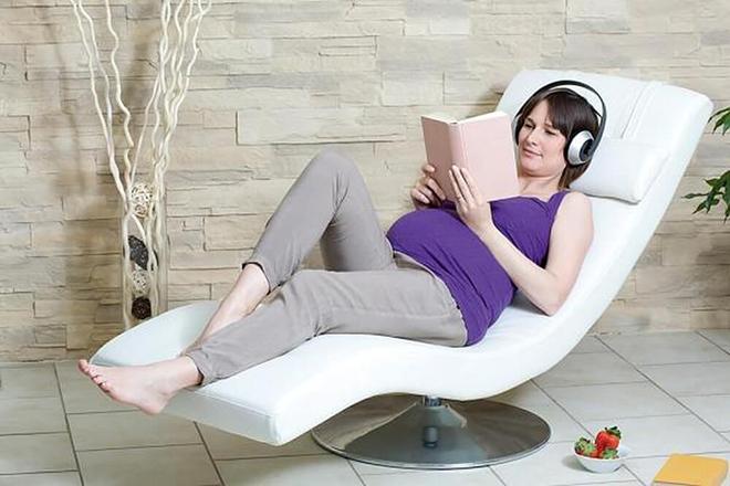 Mẹ bầu nằm đọc sách