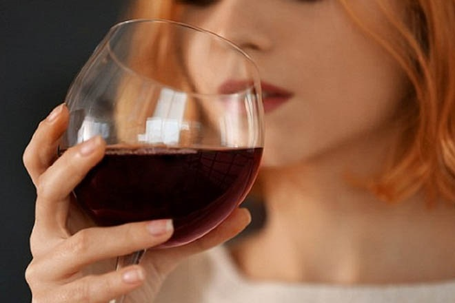 Phụ nữ uống rượu