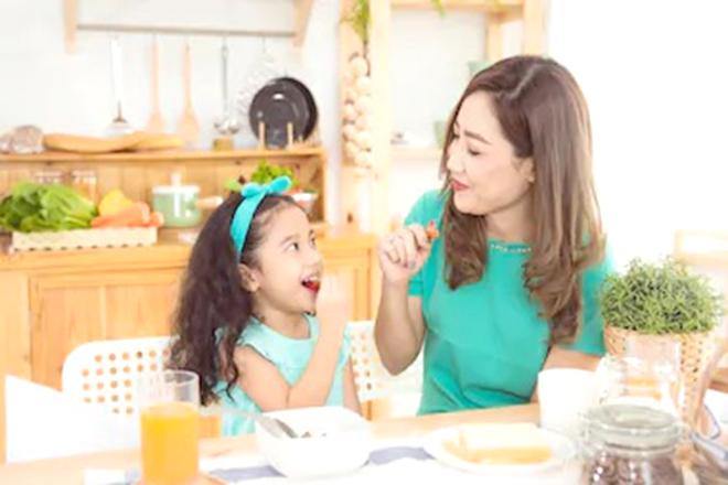 Mẹ và bé cùng ăn trái cây