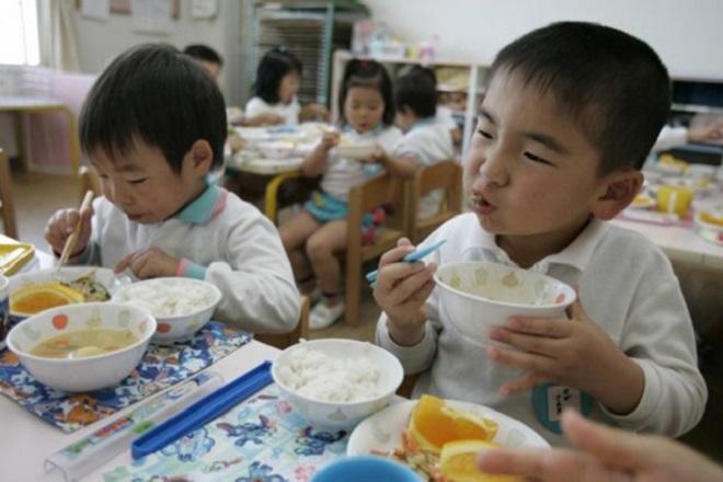 Trẻ tự ăn cơm