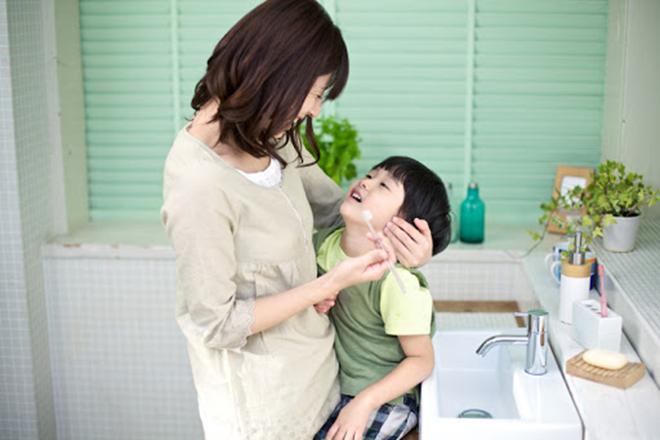 Mẹ giúp trẻ đánh răng