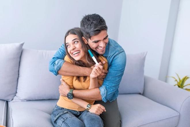 Cặp đôi hạnh phúc vì có thai