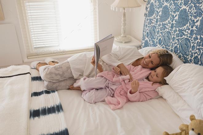 Mẹ đọc truyện cho bé