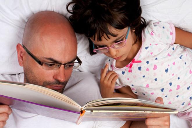 Bố và bé chăm chú vào quyển sách