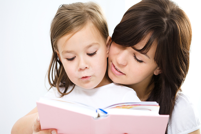 Mẹ đọc sách cùng bé âu yếm
