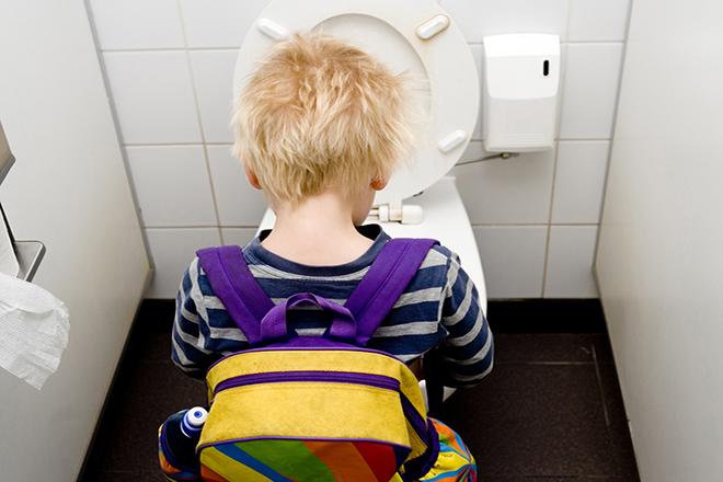 Trẻ đi vệ sinh