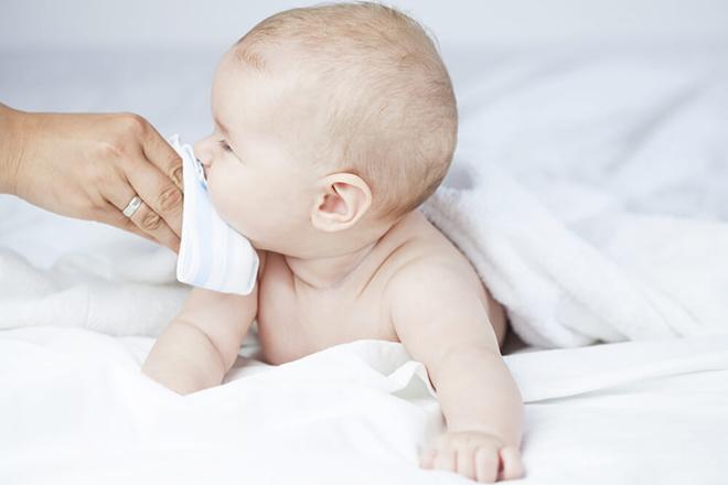 Bé sơ sinh bị sổ mũi