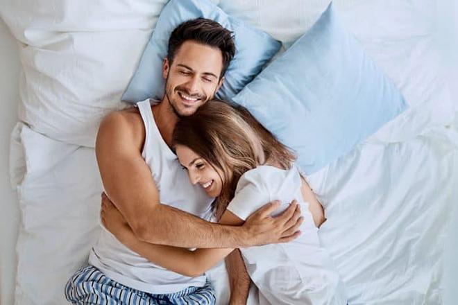 Vợ chồng nằm trên giường