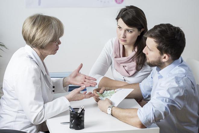 Vợ chồng nói chuyện với bác sỹ