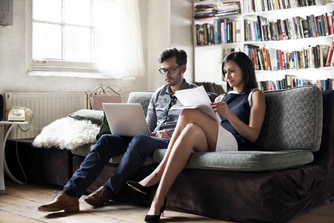 Vợ chồng bàn bạc về tài chính