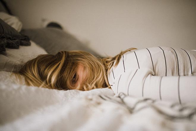 Phụ nữ nằm trên giường