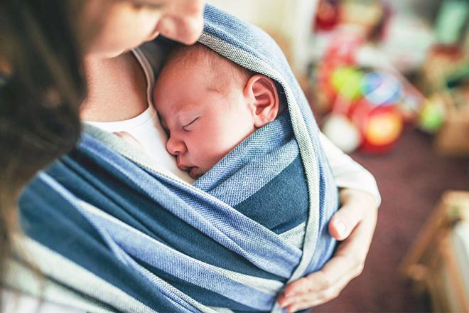 Mẹ bế bé sơ sinh