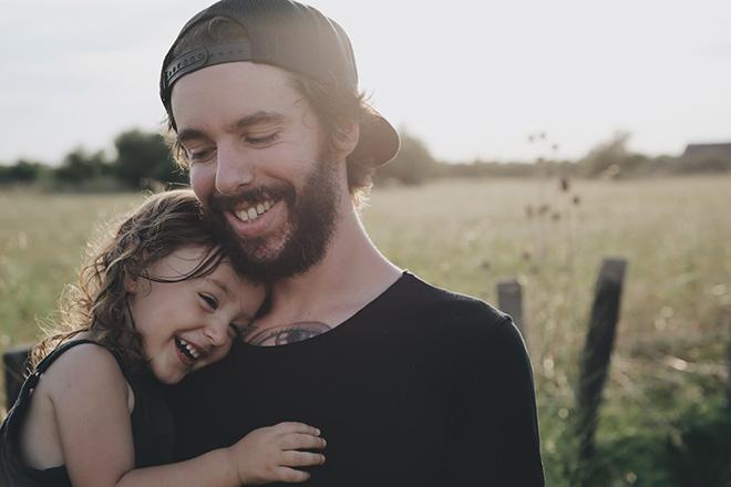 Bố ôm con gái