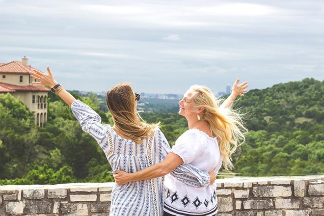 8 tháng 3 nên tặng gì cho mẹ du lịch