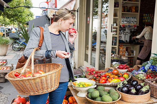 Bà bầu mua trái cây