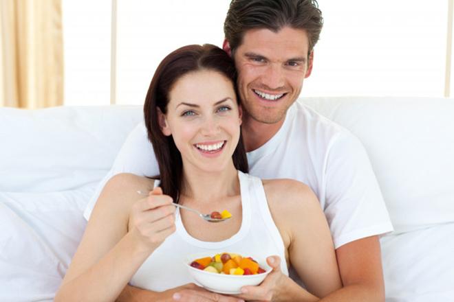 Vợ chồng ăn trái cây