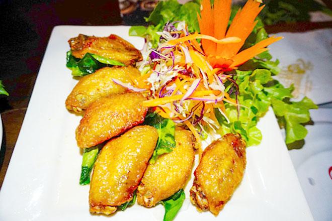 Đĩa cánh gà có salad