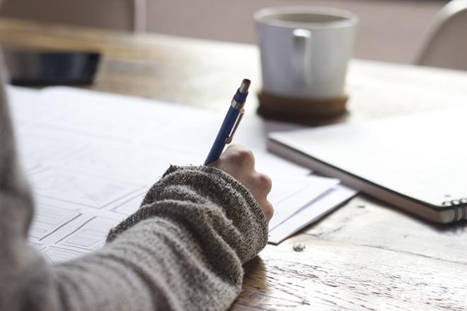 Phụ nữ đang viết