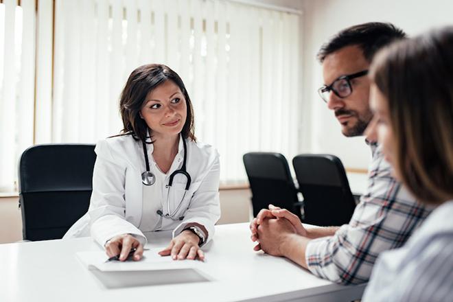 Cặp đôi gặp bác sỹ
