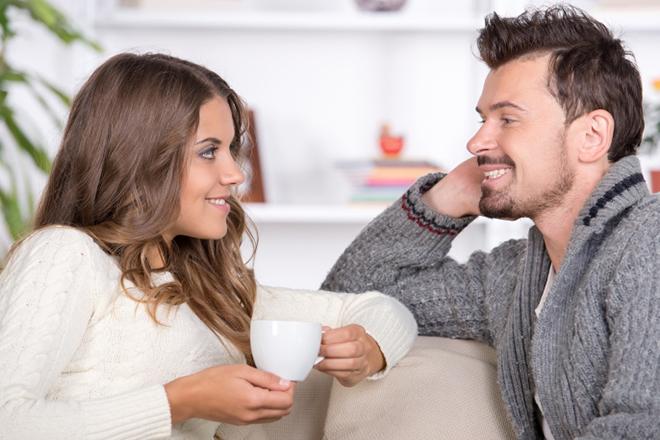 Vợ chồng trò chuyện vui vẻ