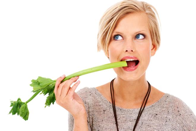 Cô gái ăn cọng hành tây