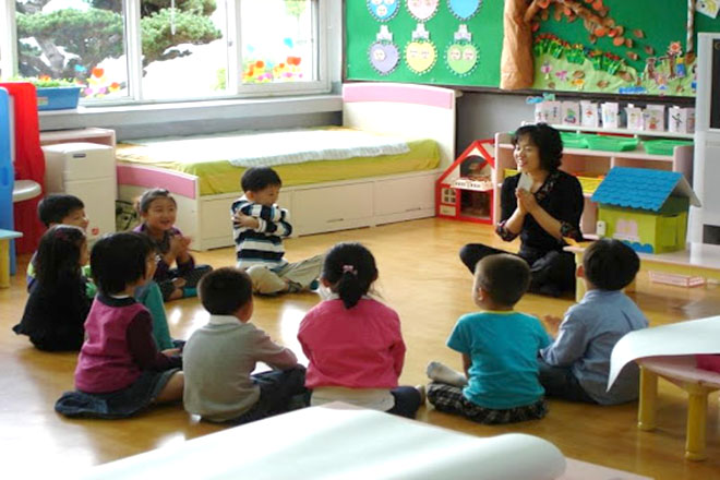 Cô giáo đang hướng dẫn các bé