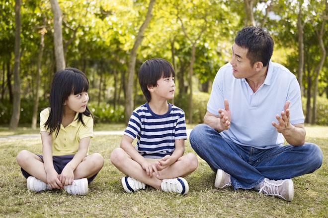 Bố nói chuyện với trẻ