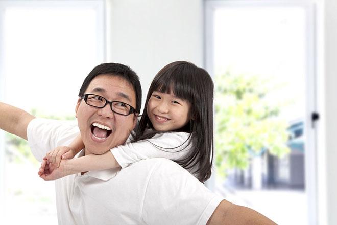 Bố và bé chơi vui
