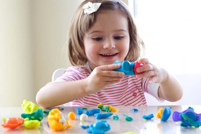 Bé gái chơi vui với đồ choi
