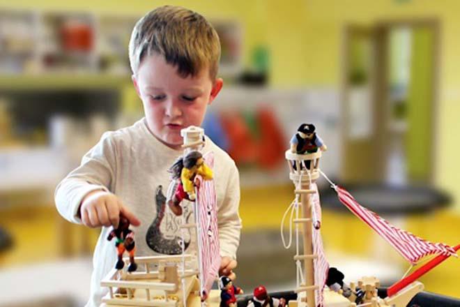 Trẻ chơi đồ chơi thủy thủ