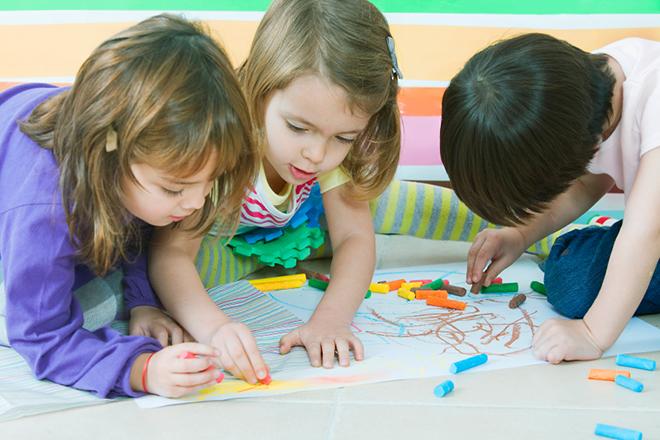 Trẻ đang vẽ