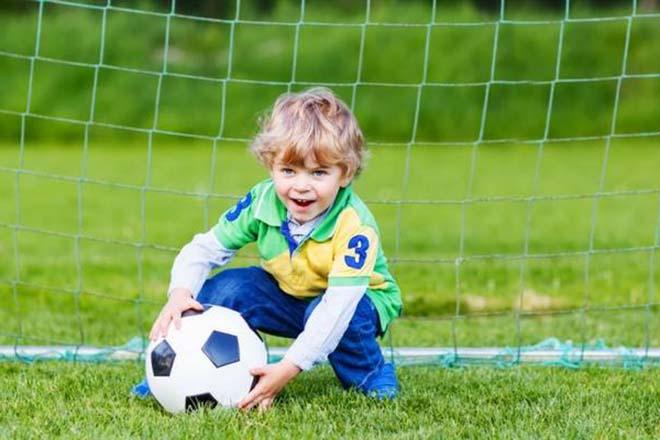 Trẻ chơi bóng