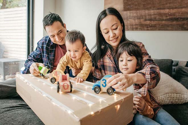 Gia đình cùng chơi đồ chơi