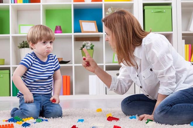 Mẹ dạy trẻ