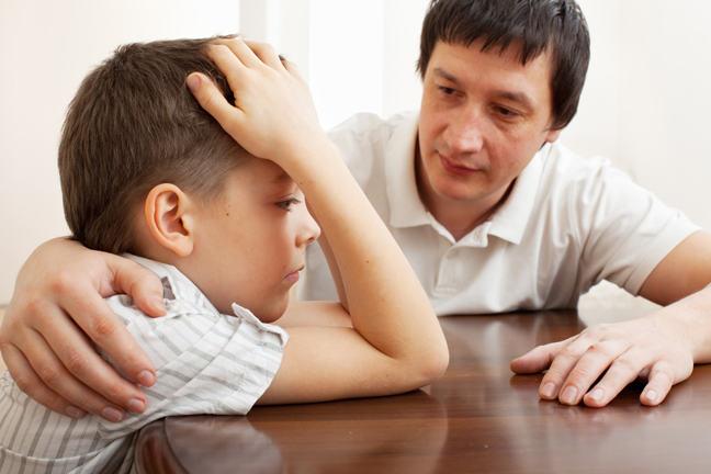 Bố nói chuyện với bé trai