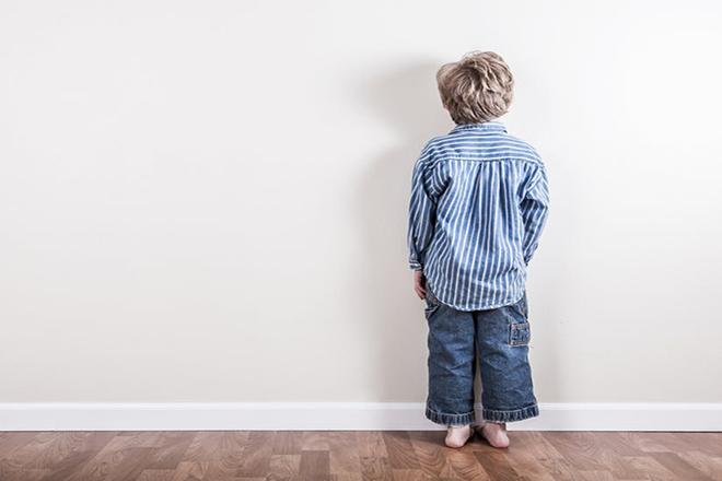 Trẻ đứng úp mặt vào tường